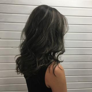 アッシュグレージュ セミロング コントラストハイライト エレガント ヘアスタイルや髪型の写真・画像