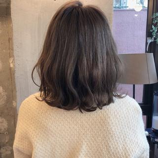 ゆるふわ 暗髪 ミディアム アンニュイ ヘアスタイルや髪型の写真・画像