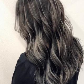 外国人風カラー シルバーグレー セミロング コントラストハイライト ヘアスタイルや髪型の写真・画像