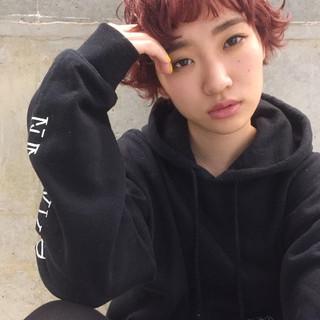前髪あり レッド パーマ ショート ヘアスタイルや髪型の写真・画像