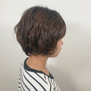 パーマ オフィス ショート ナチュラル ヘアスタイルや髪型の写真・画像