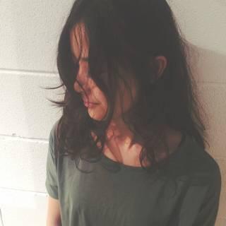 ストリート セミロング ウェットヘア ナチュラル ヘアスタイルや髪型の写真・画像