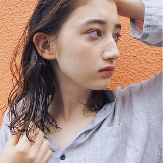 アンニュイ モード ミディアム ウェーブ ヘアスタイルや髪型の写真・画像