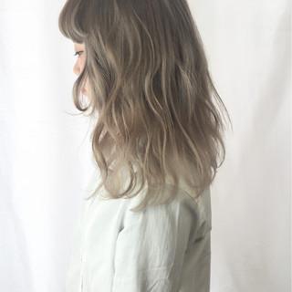 セミロング ストリート グレージュ ハイトーン ヘアスタイルや髪型の写真・画像
