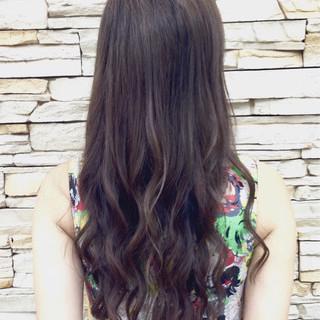 ロング デジタルパーマ アッシュベージュ フェミニン ヘアスタイルや髪型の写真・画像