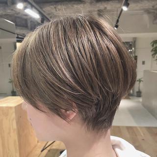 ベージュ ナチュラルベージュ ハイトーン ショートヘア ヘアスタイルや髪型の写真・画像