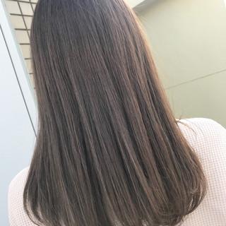 セミロング デート 透明感 グレージュ ヘアスタイルや髪型の写真・画像