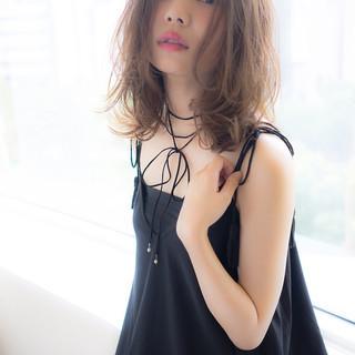 フェミニン レイヤーボブ ゆるふわパーマ ミルクティーベージュ ヘアスタイルや髪型の写真・画像