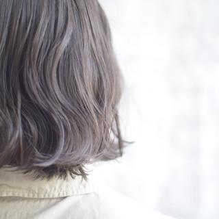 オフィス なみウェーブ インナーカラーグレージュ アッシュグレージュ ヘアスタイルや髪型の写真・画像