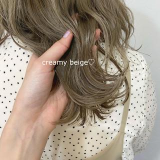 ミディアム ミルクティーベージュ ベージュ ナチュラル ヘアスタイルや髪型の写真・画像
