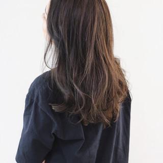 ナチュラル ロング レイヤースタイル ダークグレー ヘアスタイルや髪型の写真・画像