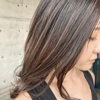 暖色系グレージュ セミロング バレイヤージュ ブリーチ必須 ヘアスタイルや髪型の写真・画像