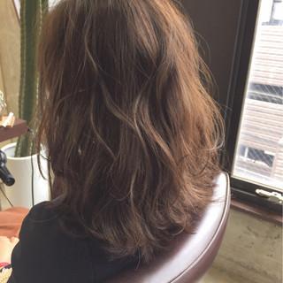 アッシュベージュ ミディアム ストリート アッシュ ヘアスタイルや髪型の写真・画像