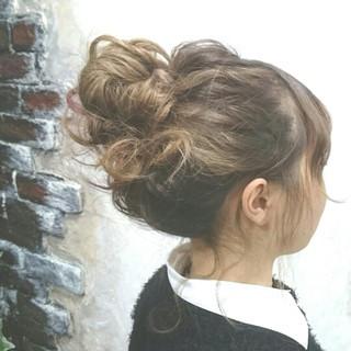 お団子 波ウェーブ ミディアム アップスタイル ヘアスタイルや髪型の写真・画像 ヘアスタイルや髪型の写真・画像