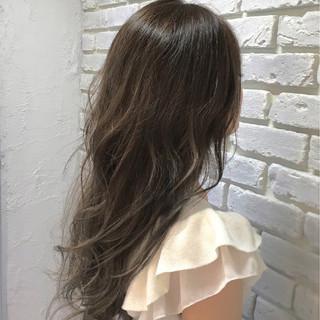 外国人風 グレージュ アッシュ ウェーブ ヘアスタイルや髪型の写真・画像