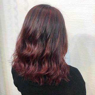 レッドカラー 波ウェーブ チェリーレッド 派手髪 ヘアスタイルや髪型の写真・画像