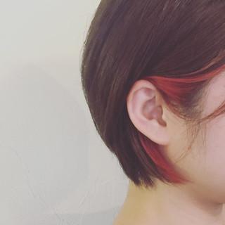 ガーリー レッド インナーカラー ショートボブ ヘアスタイルや髪型の写真・画像