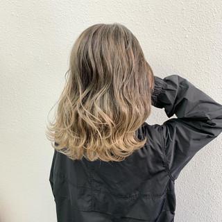 バレイヤージュ ミルクティーベージュ セミロング ストリート ヘアスタイルや髪型の写真・画像