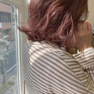 ラベンダーピンク ナチュラル 切りっぱなしボブ ピンクアッシュ ヘアスタイルや髪型の写真・画像