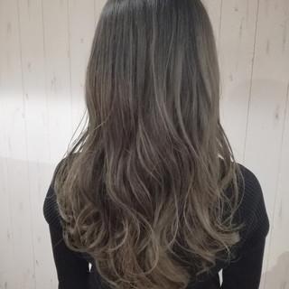 ロング グラデーションカラー アッシュグレージュ アッシュグレー ヘアスタイルや髪型の写真・画像