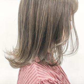 ハイトーン グレージュ 透明感 外ハネ ヘアスタイルや髪型の写真・画像