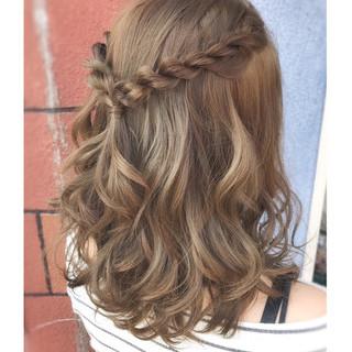 ハーフアップアレンジのやり方を紹介。女子力を上げるヘアスタイル