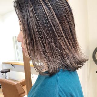 ミディアム アッシュグレージュ 外国人風カラー バレイヤージュ ヘアスタイルや髪型の写真・画像