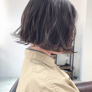 アンニュイほつれヘア ナチュラル 外ハネボブ アッシュグレージュ ヘアスタイルや髪型の写真・画像