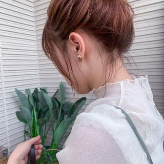 ふわふわヘアアレンジ お団子アレンジ ミディアム アプリコットオレンジ ヘアスタイルや髪型の写真・画像