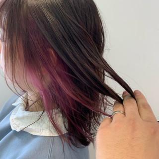 ショートヘア 切りっぱなしボブ インナーカラー ミディアム ヘアスタイルや髪型の写真・画像