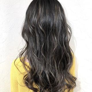 ロング シルバー フェミニン シルバーグレイ ヘアスタイルや髪型の写真・画像