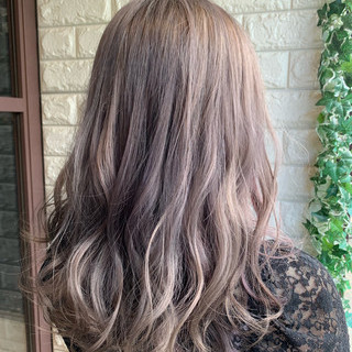 ホワイティベージュ ガーリー ロング ラベンダーアッシュ ヘアスタイルや髪型の写真・画像