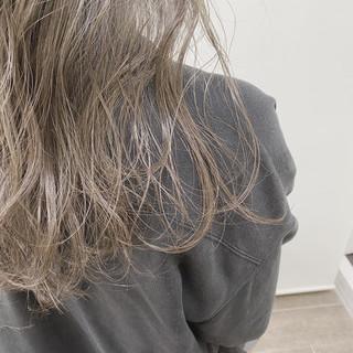 グレーアッシュ ハイライト グレー セミロング ヘアスタイルや髪型の写真・画像