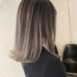 ホワイトベージュ ミディアム ストリート バレイヤージュ ヘアスタイルや髪型の写真・画像