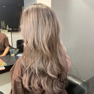 アッシュベージュ ロング 抜け感 ブリーチカラー ヘアスタイルや髪型の写真・画像