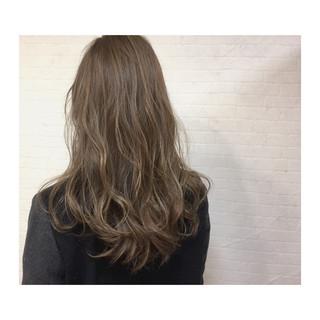 グレージュ ハイライト 外国人風 アッシュ ヘアスタイルや髪型の写真・画像