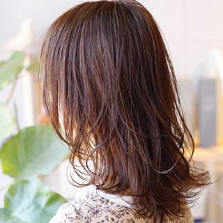 ミディアムレイヤー 極細ハイライト ハイライト ベージュ ヘアスタイルや髪型の写真・画像