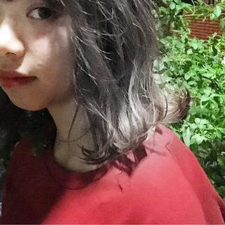 グレージュ ホワイトアッシュ スモーキーカラー ストリート ヘアスタイルや髪型の写真・画像