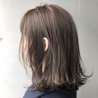 ナチュラル アッシュグレージュ 外ハネ 透明感 ヘアスタイルや髪型の写真・画像