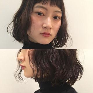 オン眉 パーマ ミディアム ウェットヘア ヘアスタイルや髪型の写真・画像