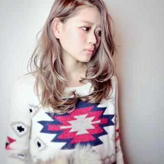 外国人風カラー セミロング ストリート ミルクティーベージュ ヘアスタイルや髪型の写真・画像