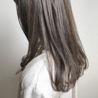 オリーブグレージュ ミディアムヘアー グレージュ 外国人風フェミニン ヘアスタイルや髪型の写真・画像
