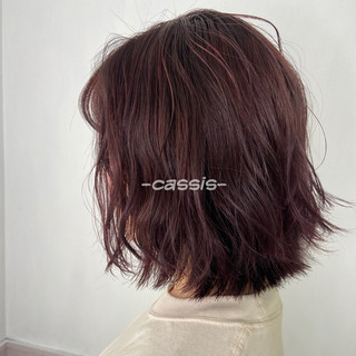 カシスカラー 切りっぱなしボブ フェミニン カシスレッド ヘアスタイルや髪型の写真・画像