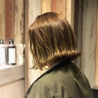 ナチュラル カーキアッシュ 外ハネ 切りっぱなし ヘアスタイルや髪型の写真・画像