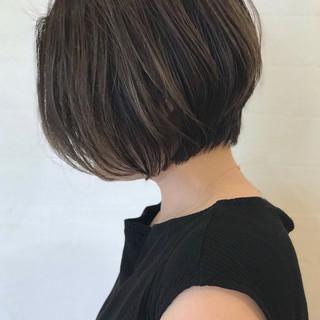 グレーアッシュ 極細ハイライト アッシュグレージュ 前下がりボブ ヘアスタイルや髪型の写真・画像
