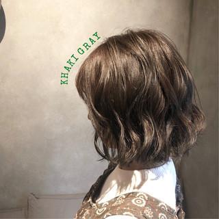 簡単ヘアアレンジ カーキ カーキアッシュ くせ毛風 ヘアスタイルや髪型の写真・画像