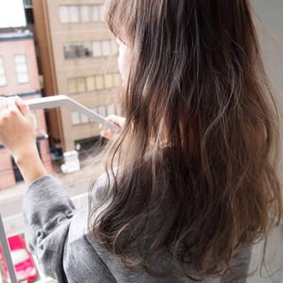 アッシュベージュ ゆるふわ グラデーションカラー ナチュラル ヘアスタイルや髪型の写真・画像