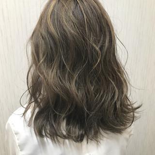 ミディアム ストリート ハイライト ベージュ ヘアスタイルや髪型の写真・画像