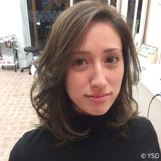 ミディアム ハイライト レイヤーカット 外国人風 ヘアスタイルや髪型の写真・画像