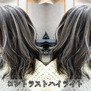 ミルクティーグレージュ バレイヤージュ セミロング アッシュグレージュ ヘアスタイルや髪型の写真・画像
